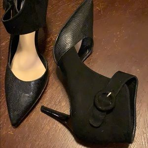Black pumps with side ankle buckle